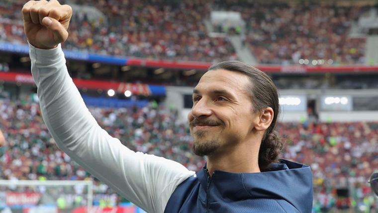 Zlatan Ibrahimovic, saludando a los aficionados de Los Angeles Galaxy