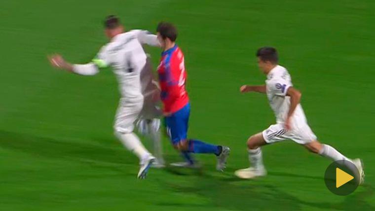 Sergio Ramos, agrediendo a Milan Havel contra el Viktoria Plzen