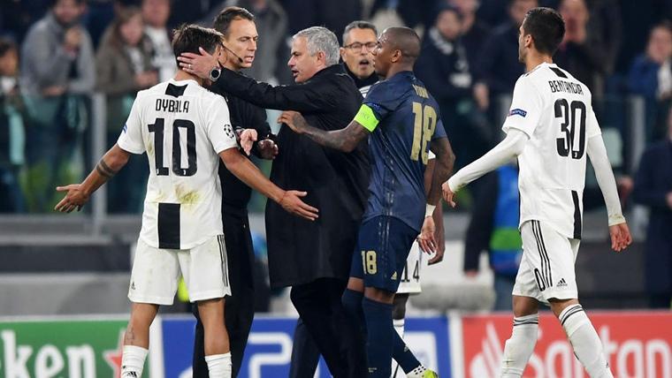 José Mourinho, siendo increpado por Paulo Dybala y Bonucci