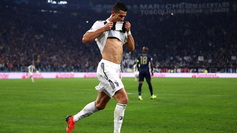 Cristiano Ronaldo, luciendo abdominales tras marcar al Manchester United