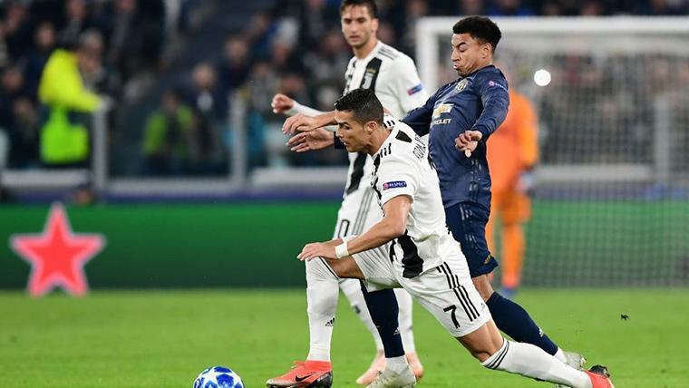 Jesse Lingard y Cristiano Ronaldo, durante una disputa por un balón
