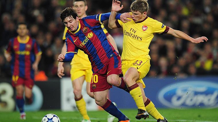 Andrey Arshavin, luchando por arrebatar un balón a Leo Messi