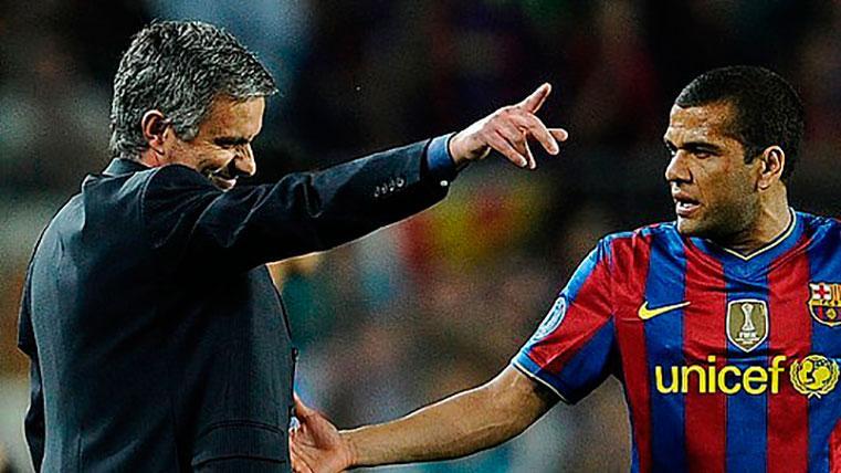 Dani Alves y José Mourinho, durante un partido
