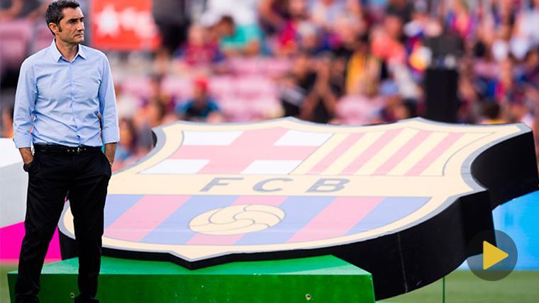 Ernesto Valverde posa junto al escudo del FC Barcelona