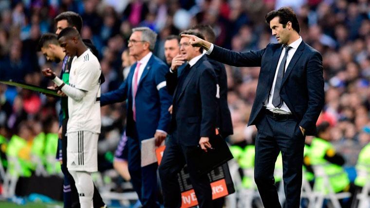 Vinicius Jr y Santiago Solari en un partido del Real Madrid