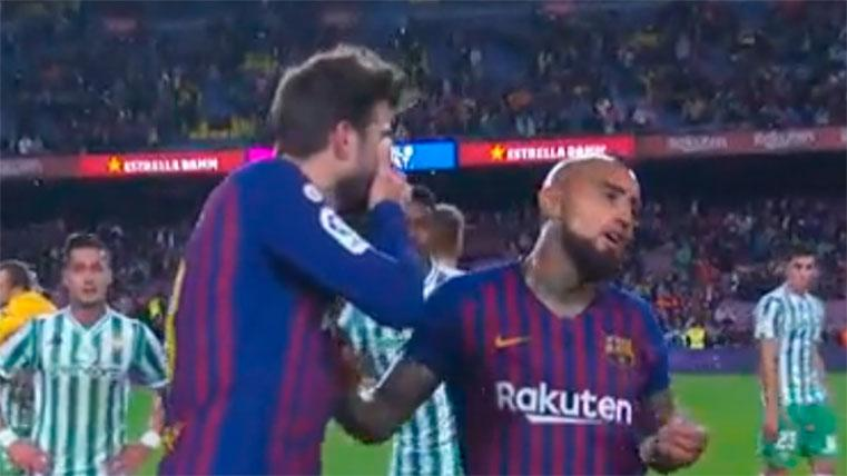 Piqué y Vidal mantuvieron una conversación tras el Barça-Betis