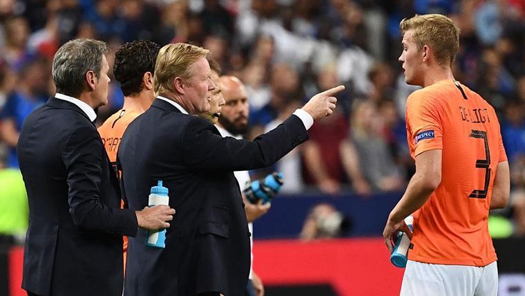Ronald Koeman, dando indicaciones a Matthijs De Ligt con Holanda