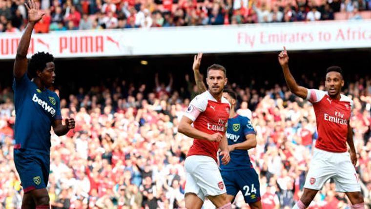 Aaron Ramsey, intentando rematar una jugada a balón parado del Arsenal