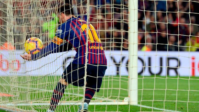 Leo Messi, recogiendo el balón tras perforar las mallas contra el Betis