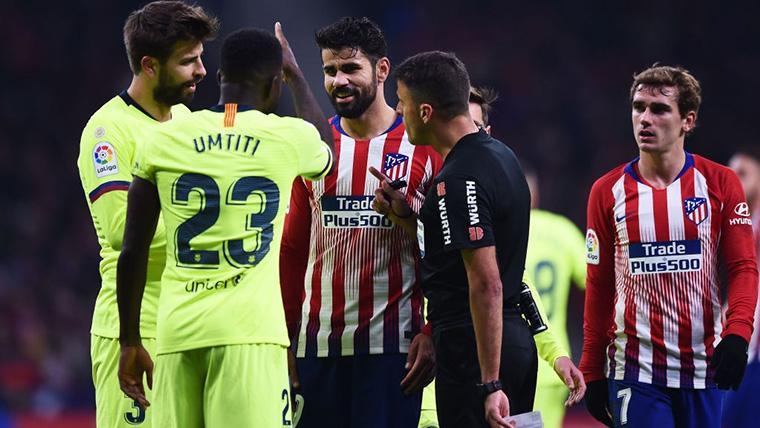 Gil Manzano, intentando poner paz entre Umtiti y Diego Costa