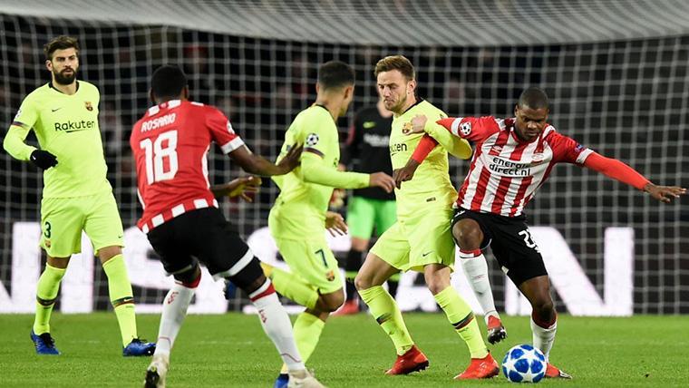 El PSV Eindhoven, atacando contra el FC Barcelona en el Philips Stadion