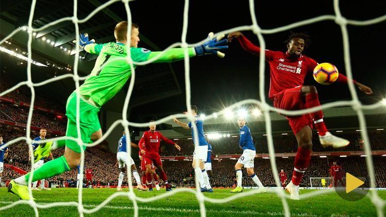 El gol más surrealista del fin de semana mantiene al Liverpool en la lucha por la Premier