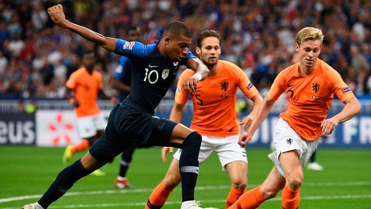 Kylian Mbappé y Frenkie de Jong en un duelo en la UEFA Nations League