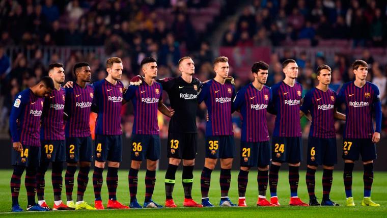 Los jugadores del FC Barcelona en el minuto de silencio dedicado a Núñez