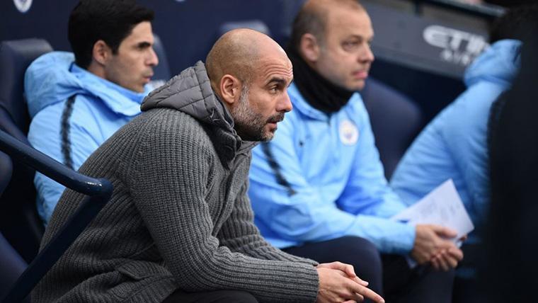 Pep Guardiola, presenciando un partido del Manchester City