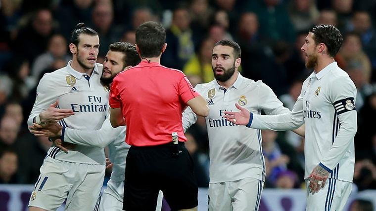 El Real Madrid, protestando a punto de recibir una tarjeta amarilla