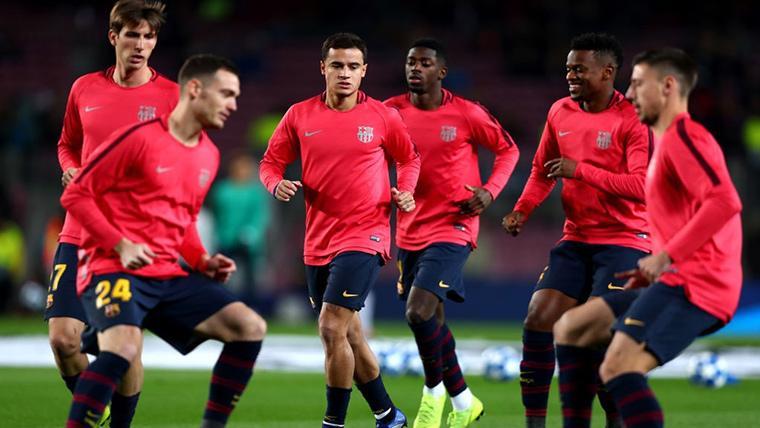 Philippe Coutinho, calentando junto a sus compañeros del Barcelona