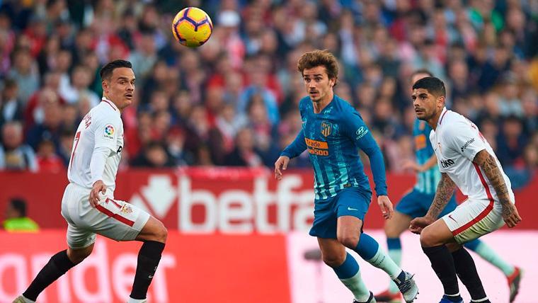Roque Mesa, Griezmann y Banega en una acción del Sevilla-Atlético