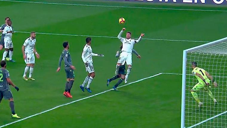 Sergio Ramos, sufriendo un empujón que no fue considerado penalti