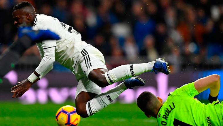 Vinicius Jr y Gerónimo Rulli en una acción del Real Madrid-Real Sociedad