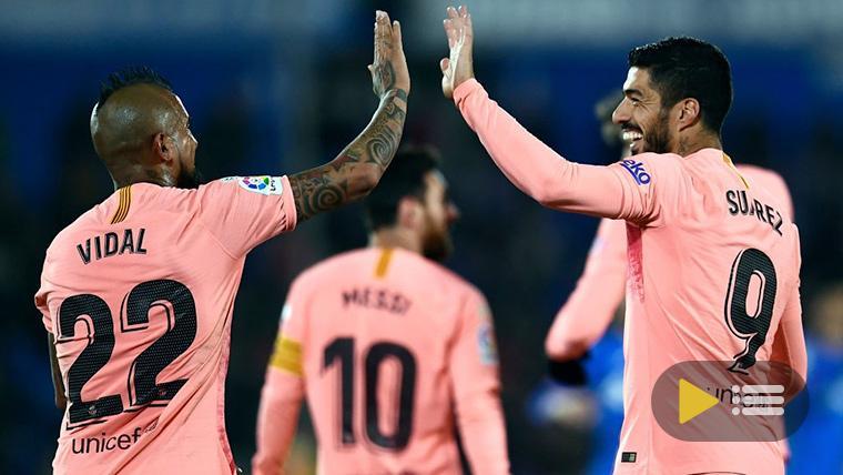 Arturo Vidal y Luis Suárez, celebrando un gol con el Barça