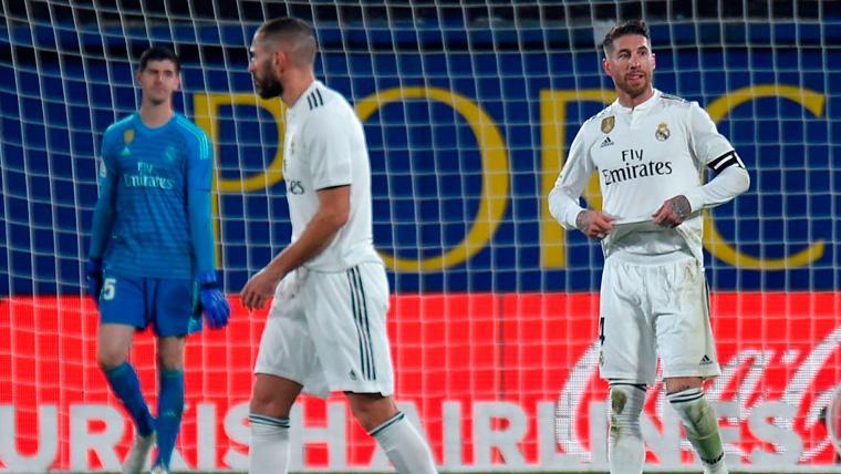 Los jugadores del Real Madrid tras encajar un gol de la Real Sociedad
