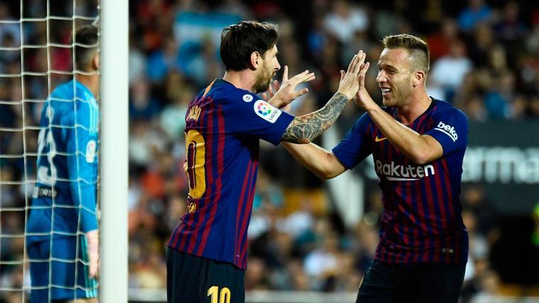 Leo Messi y Arthur celebran un gol del FC Barcelona