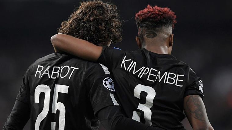 Adrien Rabiot, abrazado por Kimpembe tras un partido con el PSG