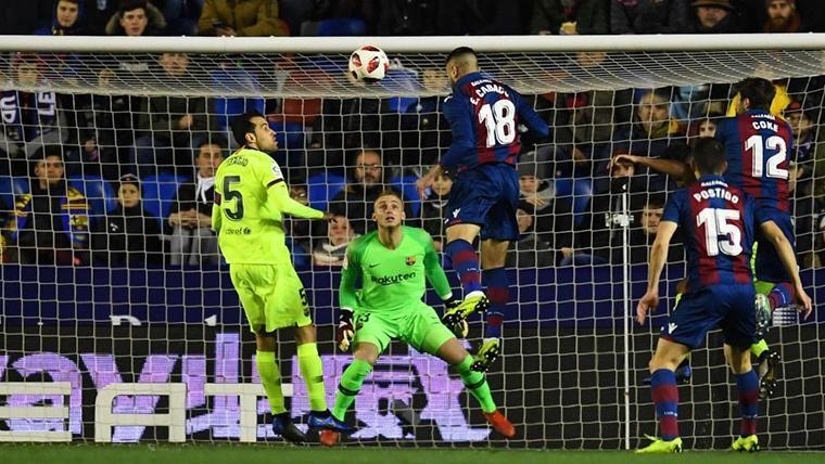 Cabaco, marcando el primer gol del partido contra el Barça