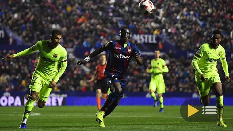 El FC Barcelona, intentando defender una ocasión del Levante
