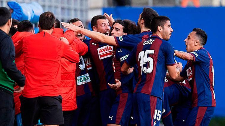 Marc Cucurella, celebrando un gol con sus compañeros del Eibar