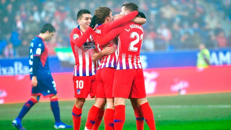 El Atlético golea al Huesca (0-3) para meter presión al Barcelona