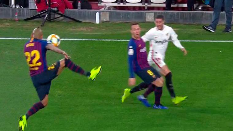 El VAR hace justicia en el Sevilla-Barça: Arturo Vidal desvió el balón con el hombro
