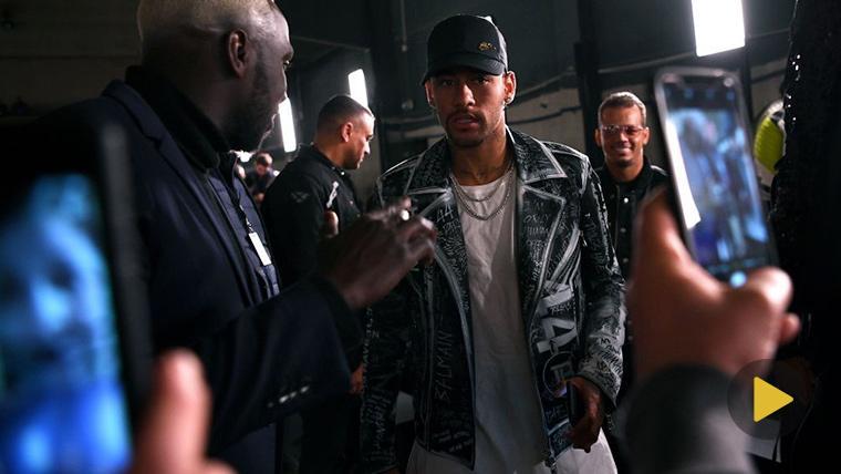 Neymar Jr, caminando tranquilamente por las calles de París