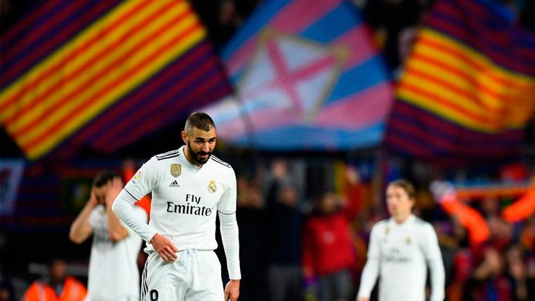 Karim Benzema en un Clásico disputado en el Camp Nou