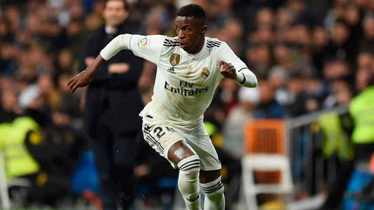Vinicius Jr encarando en un partido con el Real Madrid