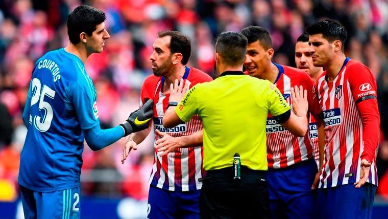 Thibaut Courtois discute con los jugadores del Atlético de Madrid