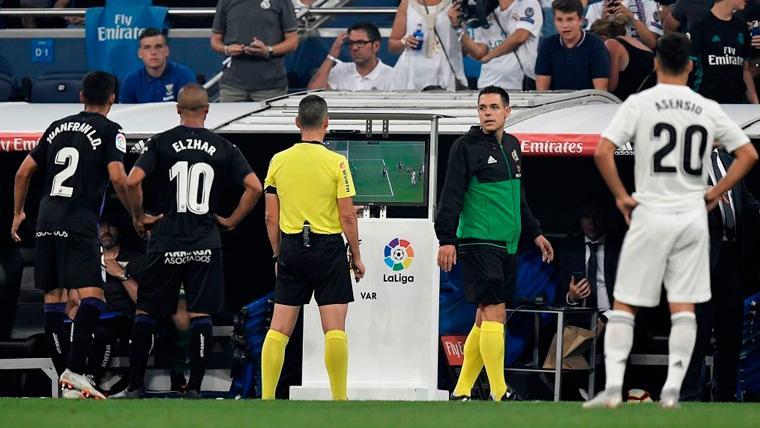 La UEFA no quiere líos: En Champions habrá tarjeta amarilla a los jugadores que pidan el VAR