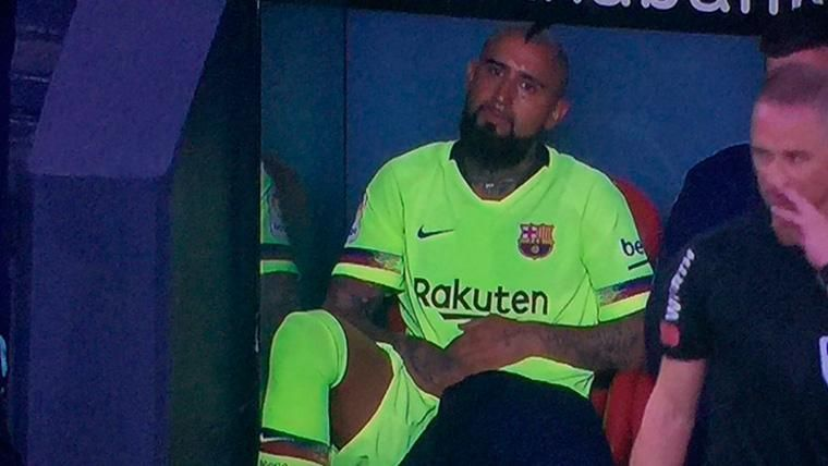 Arturo Vidal, sentado en el banquillo del FC Barcelona