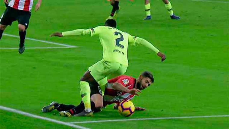 Nélson Semedo, derribado en el área del Athletic por Yeray Álvarez