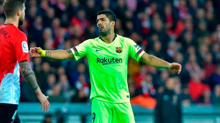 Luis Suárez se lamenta ante el Athletic Club