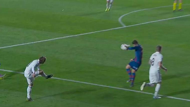 El VAR y los palos dieron alas al Real Madrid en el primer tiempo ante el Levante