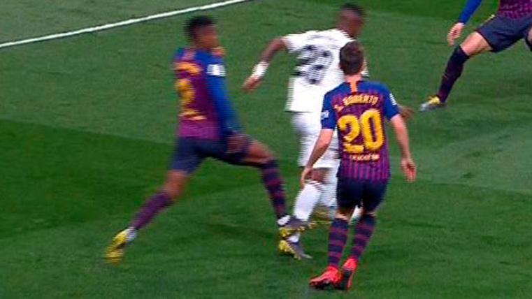 El Real Madrid reclamó penalti en un contacto de Nélson Semedo con Vinicius