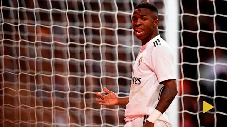 Vinícius Júnior, lamentándose tras un error contra el Barça