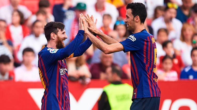 Messi y Busquets se saludan tras un gol