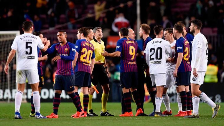 Los jugadores de FC Barcelona y Valencia se saludan tras un duelo en Mestalla
