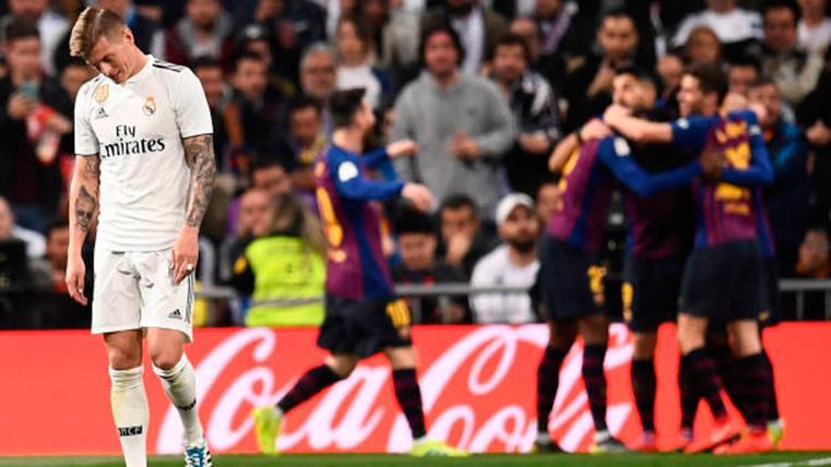 Toni Kroos, cabizbajo mientras el FC Barcelona celebra un gol