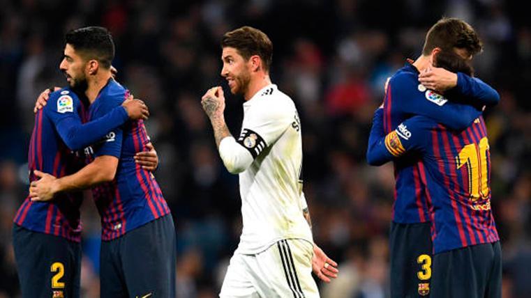 Sergio Ramos, entre los abrazos de los jugadores del FC Barcelona