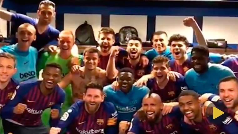 La plantilla del FC Barcelona, celebrando el nuevo triunfo en el Bernabéu