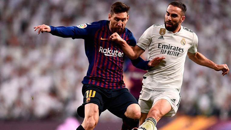 Messi encara ante Carvajal en el Clásico